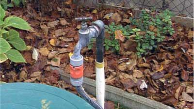 Regenwasser-aus-der-Tonne-nutzen