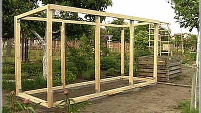 Gewächshaus selber bauen: Holzrahmen auf Fundament